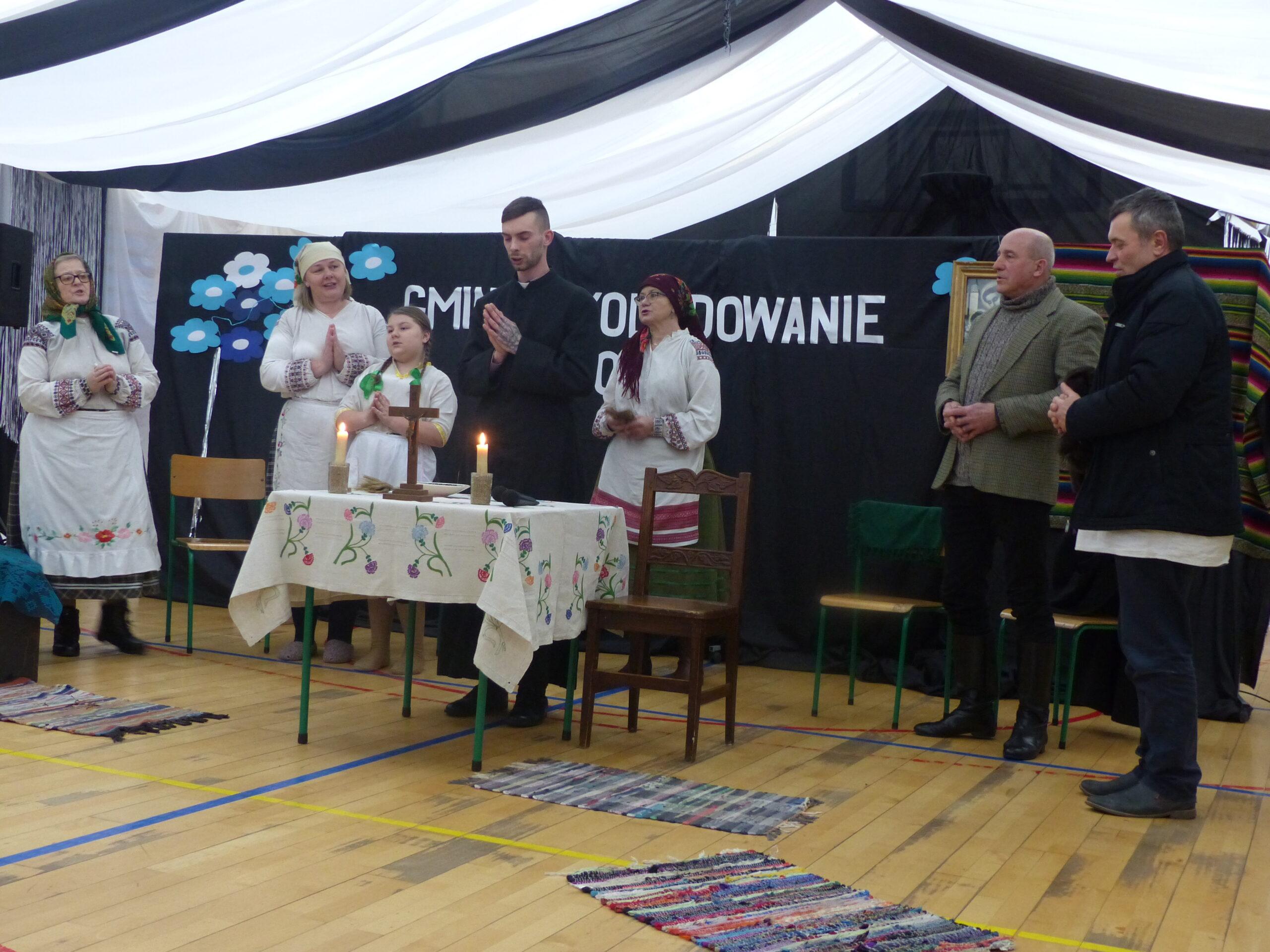 Zespół Rumenok podczas przedstawienia Wizyta Księdza po kolędzie
